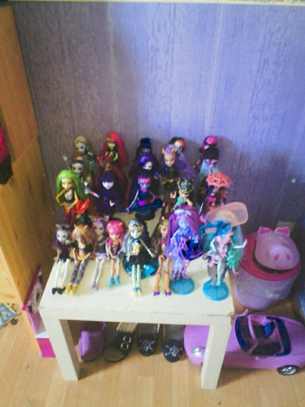 Et  comme promis la photo de ma collection de monster high complete mais attention 3 nouvelle vont venir le 3 octobre l'une va casser des mirroir  en revenant de loomdom