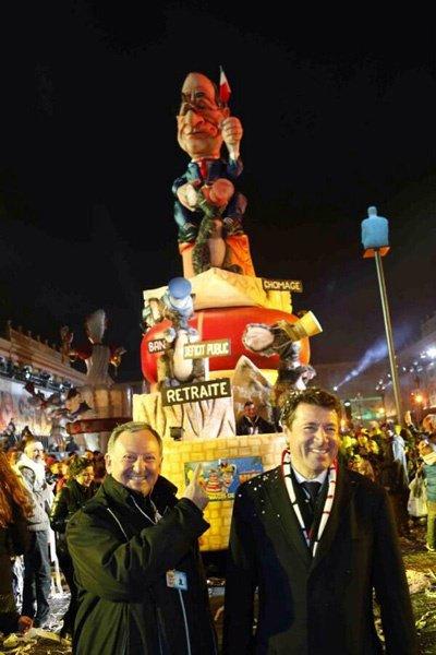 Le maire de Nice devant un char à l'effigie de François Hollande