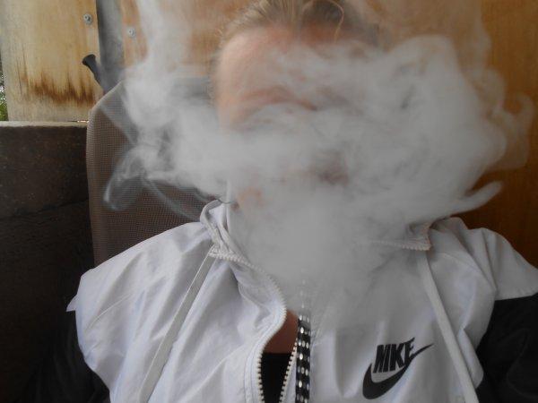 je fume sans m'arreter tu dis suis une fumeuse mes toi tu fume dans les escalier des putes..