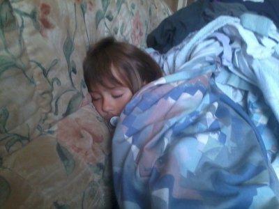 ma fille qui dort dans un rideau :-)