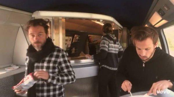 christophe mae apparaît dans le clip officiel de Marvin Dupre