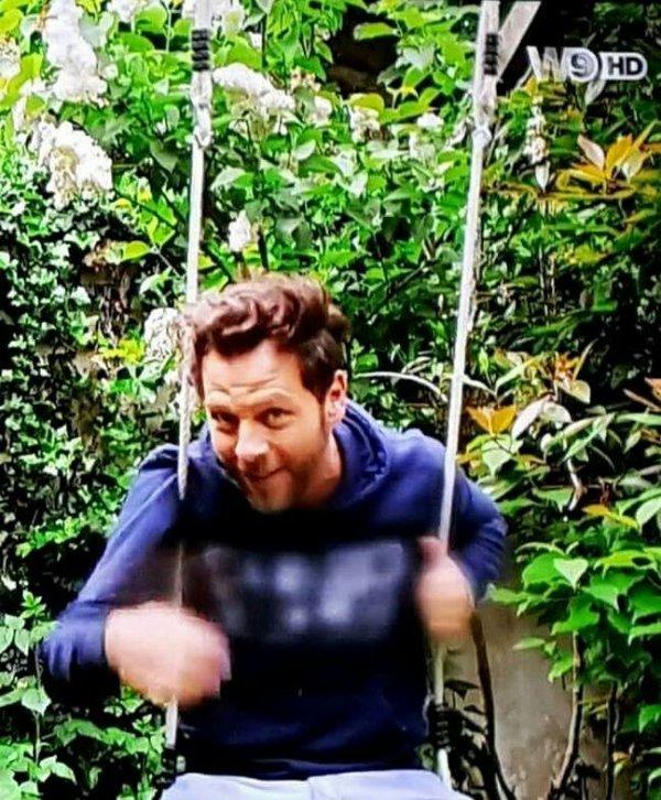 Chris qui fait de la balançoire