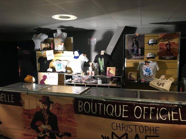 voila la boutique de la tournée de christophe mae