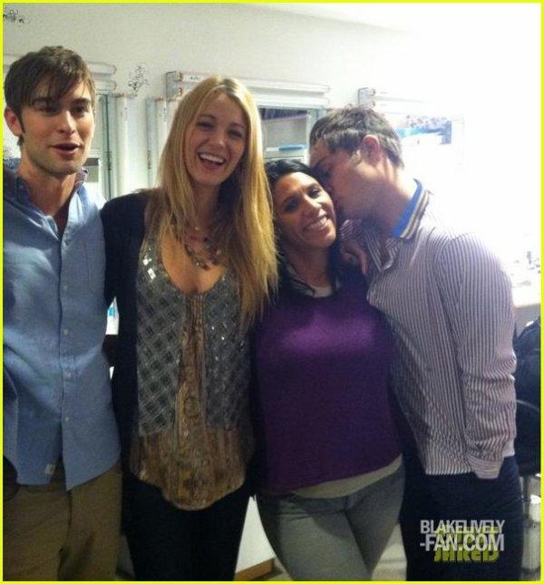 CANDID 20/10 : Blake posant avec une partie du cast de Gossip girl