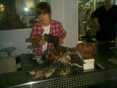 Autre photo que Justin à posté sur son twitter avec ce commentaire : Et ce mec ? ? Il n'a pas eu une telle journée . Lol . Merci à tous au CSI de m'avoir -