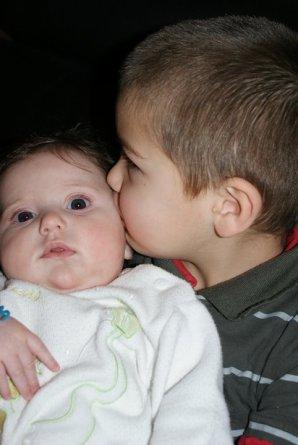 petit bonhomme adore sa soeur