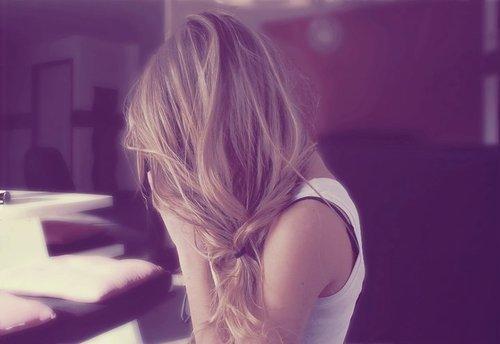 Ne reste jamais seul car si tu restes seul, tu penses, si tu penses, tu te souviens, si tu te souviens, tu pleures, si tu pleures, c'est que tu l'aimes encore .