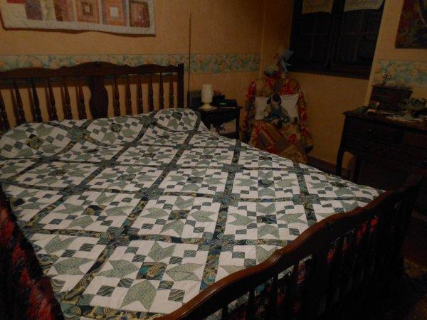 le plateau du dessus de lit est terminé .....je passe aux bordures , c'est un vrai régal à réaliser