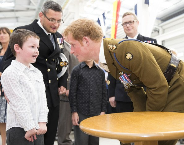Le prince Harry visite le Royal Marines Tamar