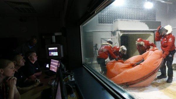 Le prince Harry passe la nuit dans un frigo géant