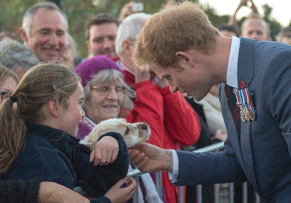 Le Prince Harry rencontre les membres du public à l'extérieur du Monument commémoratif de guerre, le 9 mai 2015, Wellington, Nouvelle-Zélande.