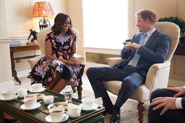 Dans cette photo de document fourni par la Maison Blanche, US First Lady Michelle Obama rencontre le prince Harry à Kensington Palace le 16 Juin 2015 à Londres, en Angleterre. La Première Dame des États-Unis se déplace avec ses filles, Malia et Sasha et sa mère, Mme Marian Robinson, de poursuivre une tournée mondiale pour promouvoir son «Que les filles apprennent Initiative '. L'événement à l'école était de discuter de la façon dont le Royaume-Uni et États-Unis travaillent ensemble pour développer l'éducation des filles à travers le monde.