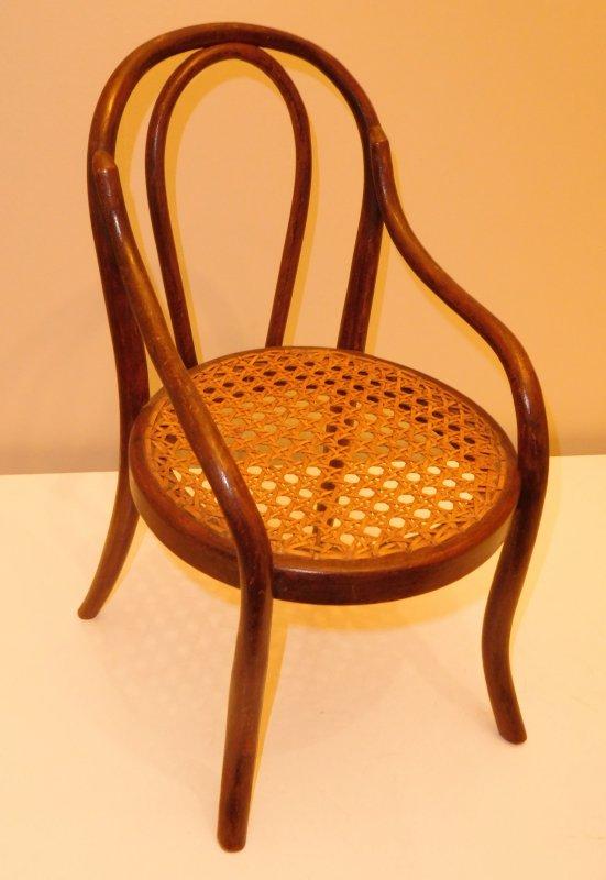 retour de ma visite dans ma boutique préférée avec une petite chaise ancienne Thonet taille 1 de 31,5 cm de haut en hêtre massif cannage d'origine en parfait état contente de mon achat !!