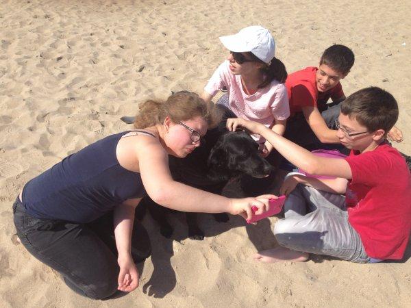 voici une belle histoire....ce matin en allant balader ma chienne pep's comme d'habitude en bord de mer, une activité pour des enfants malades ou handicapés s'y déroulait pour la journée, ma chienne très douce adorant les enfants s'est fait adopter avec prudence au départ et au fur et à mesure c'était formidable j'ai moi aussi beaucoup apprécié les rires de ces enfants !!!