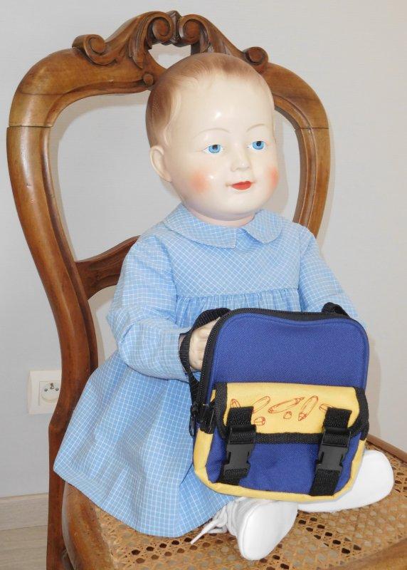 ce matin  je rentre à la maternelle avec ma petite blouse ancienne et mon sac pour mon  goûter, fini les vacances en compagnagnie de mon nouveau compagnon de jeux trouvé en brocante le mois dernier....bonne semaine à toutes bisous