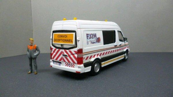 Modification  Mercedes sprinter ambulance en voiture pilote. Burago.
