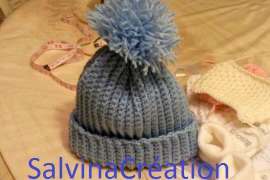 pull bébé et bonnet