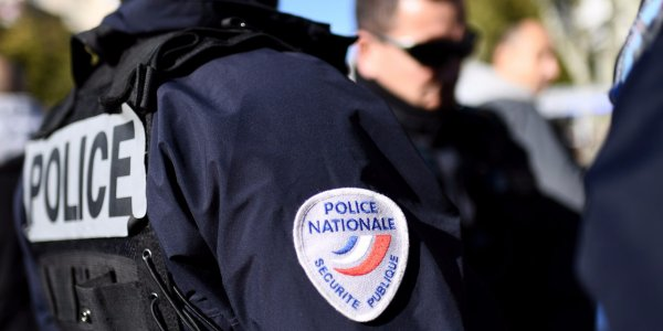 Un homme de 65 ans s'est défenestré de son appartement de Rueil-Malmaison dans les Hauts-de-Seine, hier soir, après avoir prévenu sa fille qu'il venait de tuer son épouse, et alors que les policiers tentaient d'entrer dans le logement, a-t-on appris de source policière.