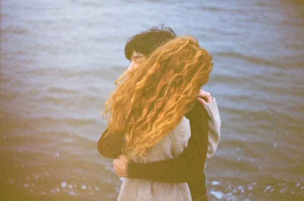 """""""Je suis amoureux de toi et je ne suis pas du genre à me refuser le plaisir de dire des choses vraies. Je suis amoureux de toi et je sais que l'amour n'est qu'un cri dans le vide, que l'oubli est inévitable, que nous sommes tous condamnés, qu'un jour viendra où tout ce qu'on a fait retournera à la poussière, je sais aussi que le soleil avalera la seule terre que nous aurons jamais et je suis amoureux de toi."""""""