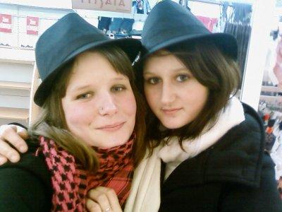 Moi et ma pote dans un magasin essayage de chapeaus mdr