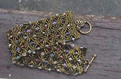 un bracelet Alvéoline
