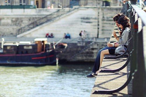 Nouvelle génération 2012 ; clope dans la main droite, bouteille de voodka dans la gauche. Faire des soirées, boire jusqu'à en gerber, fumer jusqu'à être défonce...