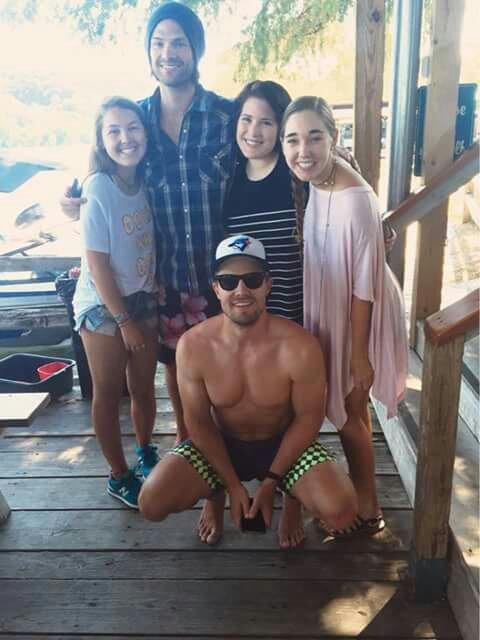 Jared Padalecki et Stephen Amell avec des fans au bord d'un lac à Austin au Texas, le 2 août