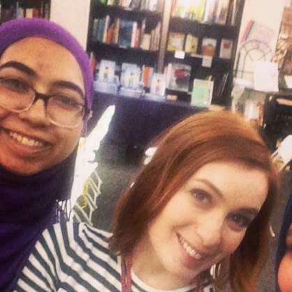Voici les photos de Felicia Day avec une fan aujourd'hui à Portland