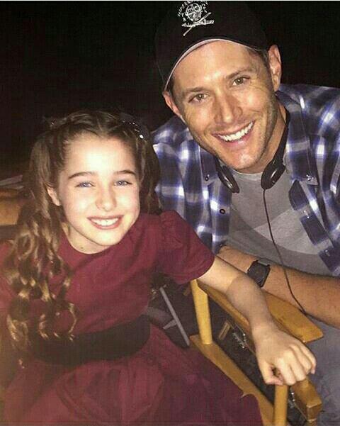 Supernatural : Voici une nouvelle photo de tournage de Jensen avec l'actrice qui jouait la jeune Amara ( les Ténèbres ) dans l'épisode 3 intitulé de la saison 11 intitulé « The Bad Seed » , dirigé par Jensen Ackles !