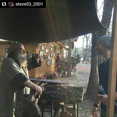 Jensen avec des fans à Sherwood Forest Faire, à Austin, hier ! ( partie 4 )