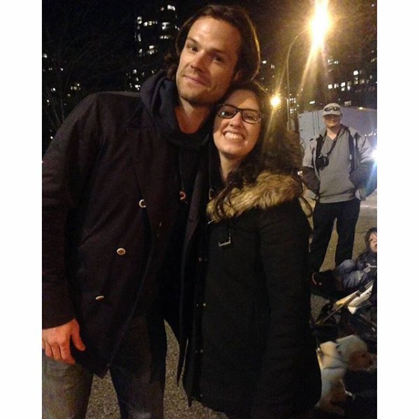 Jared, Geneviève, leur chien et leurs enfants avec des fans dans le centre ville de Vancouver le 24 mars