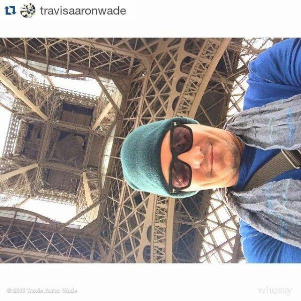 """Travis Aaron Wade est à Paris avec son ami pour la convention Supernatural organisé par GuestEvents """" From Heaven to Hell """" ce week end et a pris ce selfie en dessous de la Tour Eiffel hier"""