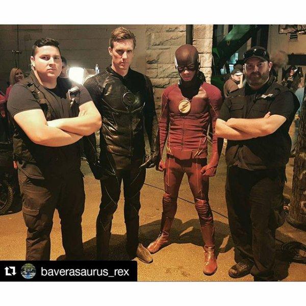 The Flash : Voici une photo de Teddy Sears et Grant Gustin avec leur body guard il y a quelques jours à Vancouver