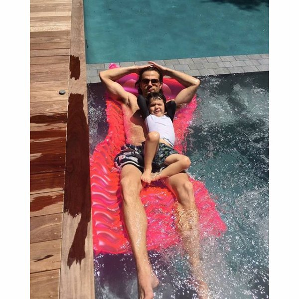 Voici une photo de Jared avec son fils, Tom dans sa piscine dans sa maison à Austin, hier