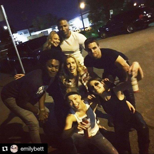 Arrow : Voici une photo du cast célébrant la fin de la saison 4 à Vancouver le mercredi 20 avril