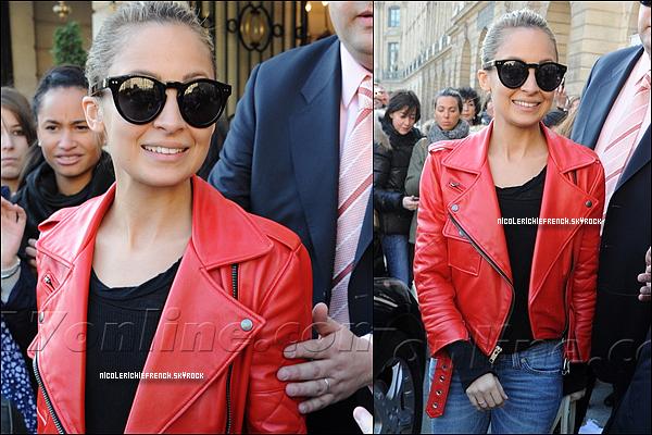 07 Mars 2011 : Nicole  quitte l'Hôtel Ritz à Paris avec un grand sourire .