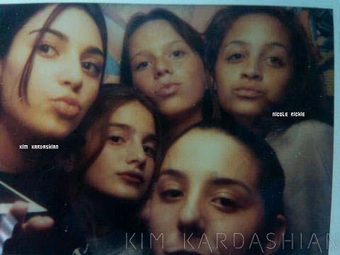 Kim Kardashian à posté une photo sur sont site officiel de Nicole et elle âgée de 13 ans et 12 ans .