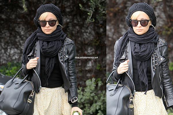 24 Mars : Nicole de retour après une petite absence . Elle à été aperçu allant chez Andy Lecompte. Je suis fan de sa jupe :)