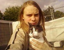 ma soeur  et son chat  que j'aime