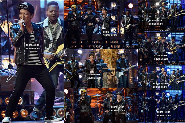 19/02/14 : Notre beau Bruno  était présent a la cérémonie des « BRIT Awards 2014 » dans la ville de Londres.     • Bruno a gagner le prix du « International Male Solo Artist » durant la cérémonie et il a fait une performance sur titre Treasure !