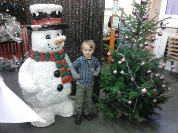 mon fils ethan avec le sapin et le bonbome de neige