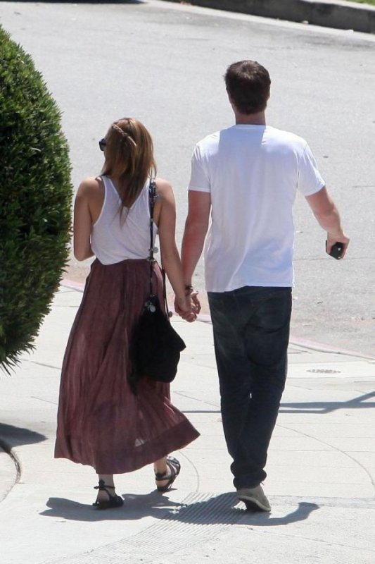 Oui, elle est avec lui. BRAVO !!!