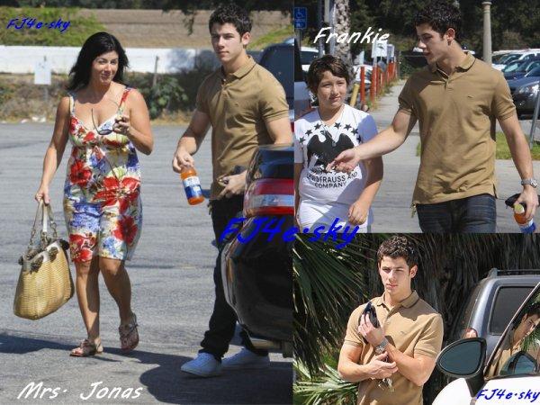 """Nick avec sa maman Denise et son frère Frankie, sont sorti du restaurant """"Paty's"""", le 2 septembre."""