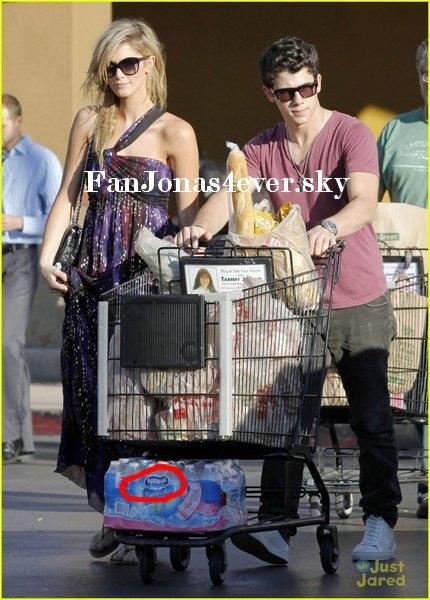Au supermarché, ce Nick et Delta qui sortent avec un cadit tout PLEIN ! (à Los Angeles)