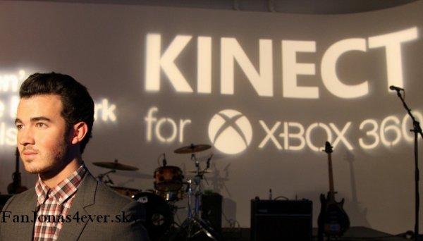 Kevin joue à la Xbox :)