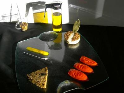 Gateau au fromage de chèvre et mascarpone au curry graines de sesame,caviar d'aubergine aux herbes, tomates confites au laurier,confiture de poivron jaune.Recette et photo par Steph