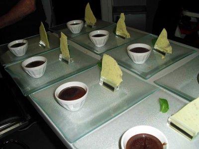 DRESSAGE DE L'ASSIETTE,FONDANT CHOCOLAT ET PRALINE LIQUEUR DE CHATAIGNE-recette et photo par steph caen