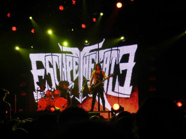 Hier j'ai vécu une journée qu'on peut qualifier de MALADE : concert de BMTH, avenged sevenfold, Dri, Rob Zombie, Escape the fate ................... ET ............................. SLIPKNOT !!!!!!!!!!!!!!!!!! *_____________*  Le rêve absolu, j'aurai aimé mourir sous chaque coup de batterie de Joey, magnifique sublime EXTRA. J'ai hâte de revivre une telle joie <3