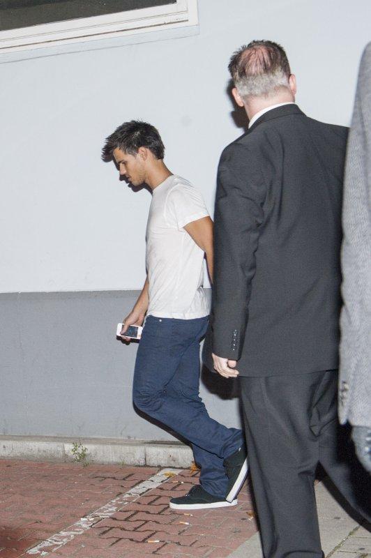 Taylor sortant d'une soirée Bowling à Berlin , il était accompagnée de Kristen & Rob