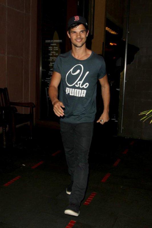 Taylor était de sortie ce 15 mars pour aller dîner avec des amis, Ashley Benson & son agent